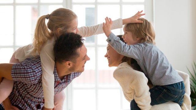 enfants et parents jouant ensemble