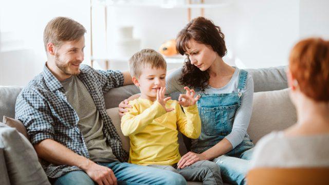 famille d accueil communiquant avec leur enfant