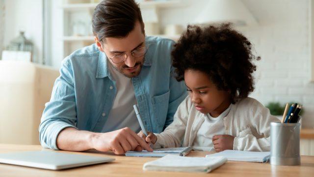 enfant et son papa en train d'écrire