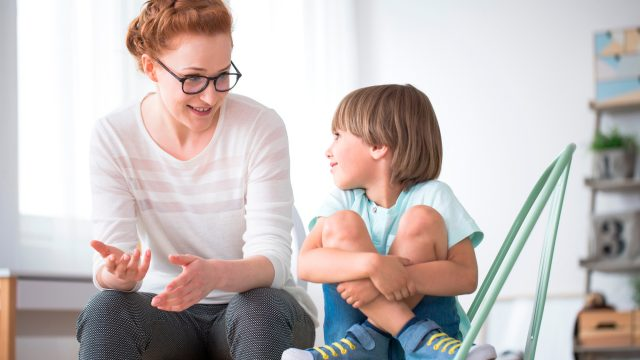 maman parlant avec son enfant